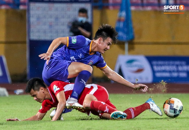 Tuyển thủ Việt Nam nóng mặt, đòi ăn thua với đội trưởng đối phương sau khi dính đòn đau - ảnh 1