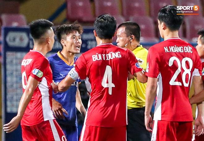 Tuyển thủ Việt Nam nóng mặt, đòi ăn thua với đội trưởng đối phương sau khi dính đòn đau - ảnh 4