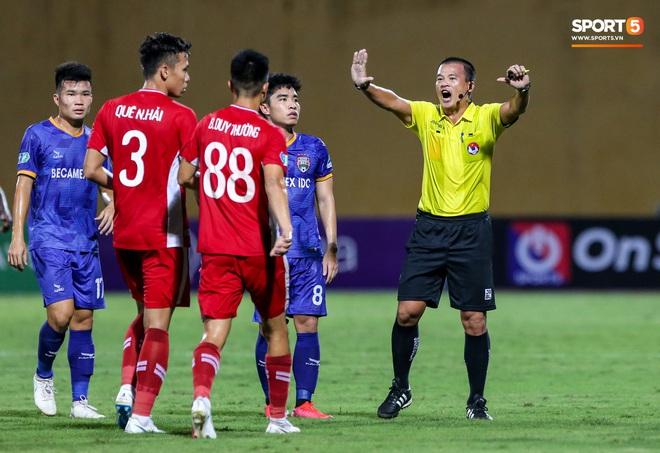 Đồng đội ghi 3 bàn trong 6 phút, Quế Ngọc Hải ăn mừng theo kiểu đấu võ - ảnh 8