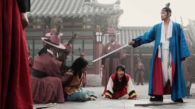 Huyền thoại King and the Clown sau 15 năm: Lee Jun Ki vẫn ở đỉnh cao nhan sắc, nam phụ thăng hạng ông hoàng phòng vé - ảnh 32