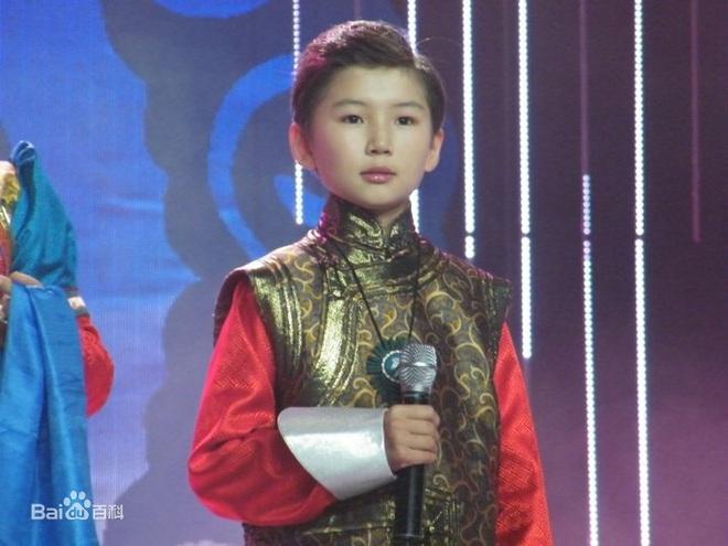 Cậu bé Mông Cổ hát về mẹ từng khiến hàng triệu người bật khóc hiện giờ ra sao? - Ảnh 2.