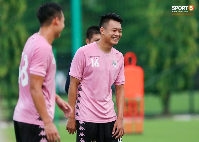 Trung vệ hiếm có của bóng đá Việt sẵn sàng làm tiền đạo để phá lưới Bùi Tiến Dũng - ảnh 1