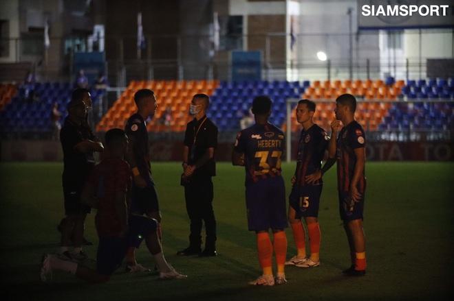 Nữ chủ tịch CLB Thái Lan rớm nước mắt vì sự cố hy hữu, đi quanh sân xin lỗi khán giả trong bóng đêm - ảnh 3
