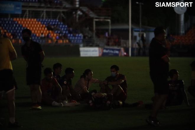 Nữ chủ tịch CLB Thái Lan rớm nước mắt vì sự cố hy hữu, đi quanh sân xin lỗi khán giả trong bóng đêm - ảnh 2