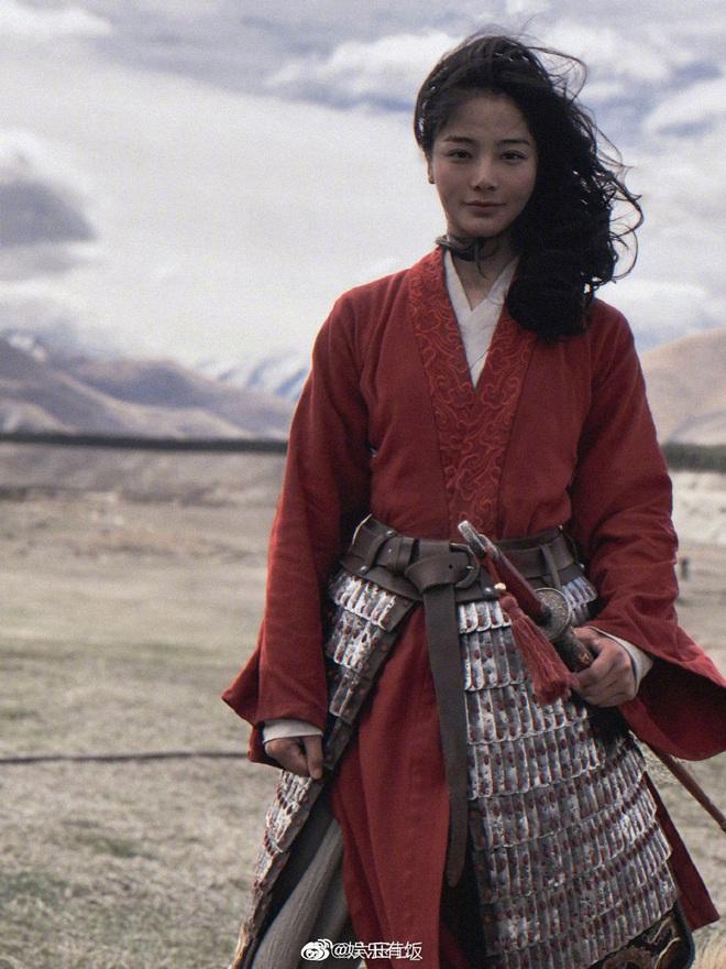 Lộ diện diễn viên đóng thế Mulan: Nhan sắc nổi bật hơn cả Lưu Diệc Phi, nhận cơn mưa lời khen vì khí chất ngút ngàn - ảnh 3
