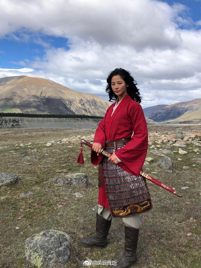 Lộ diện diễn viên đóng thế Mulan: Nhan sắc nổi bật hơn cả Lưu Diệc Phi, nhận cơn mưa lời khen vì khí chất ngút ngàn - ảnh 4