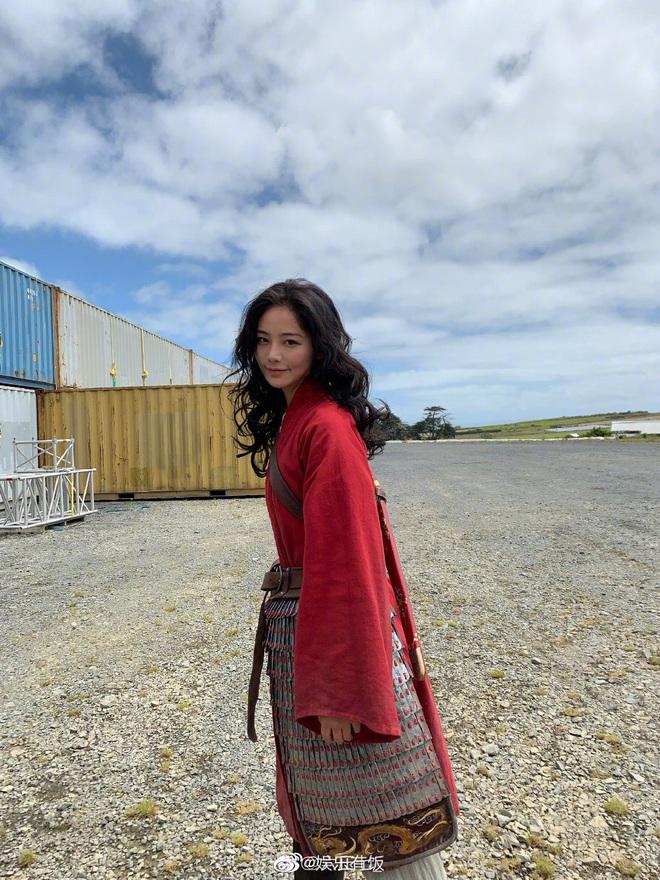Lộ diện diễn viên đóng thế Mulan: Nhan sắc nổi bật hơn cả Lưu Diệc Phi, nhận cơn mưa lời khen vì khí chất ngút ngàn - ảnh 2