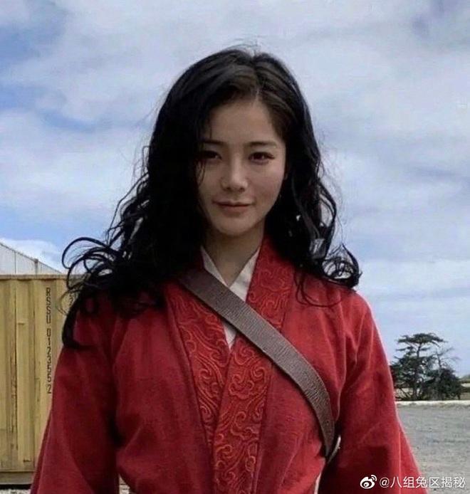 Lộ diện diễn viên đóng thế Mulan: Nhan sắc nổi bật hơn cả Lưu Diệc Phi, nhận cơn mưa lời khen vì khí chất ngút ngàn - ảnh 1