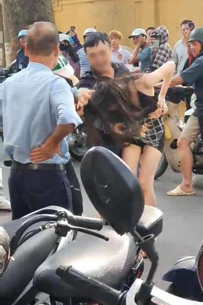 Cộng đồng mạng liên tục chia sẻ chân dung cô tiểu tam bị đánh ghen trên phố Lý Nam Đế - ảnh 2
