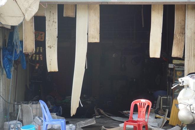 Dãy nhà trọ ở Sài Gòn sụp đổ trong biển lửa, nhiều gia đình nghèo bật khóc vì tài sản bị thiêu rụi - ảnh 7