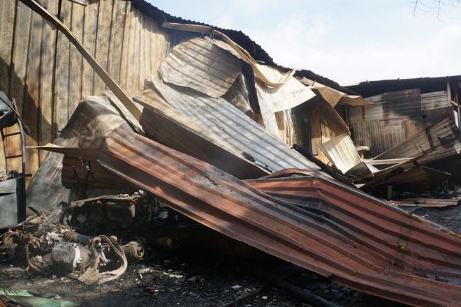 Dãy nhà trọ ở Sài Gòn sụp đổ trong biển lửa, nhiều gia đình nghèo bật khóc vì tài sản bị thiêu rụi - ảnh 4