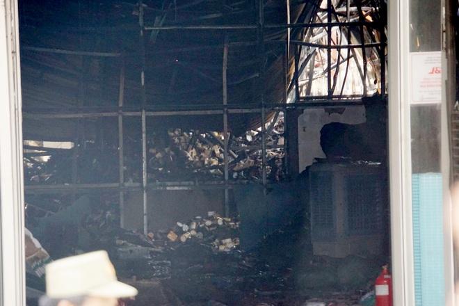 Dãy nhà trọ ở Sài Gòn sụp đổ trong biển lửa, nhiều gia đình nghèo bật khóc vì tài sản bị thiêu rụi - ảnh 6