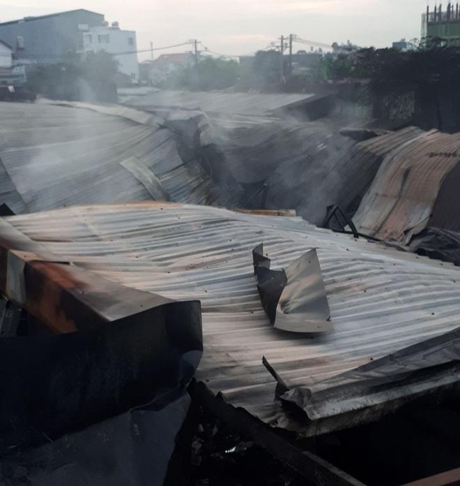 Dãy nhà trọ ở Sài Gòn sụp đổ trong biển lửa, nhiều gia đình nghèo bật khóc vì tài sản bị thiêu rụi - ảnh 2