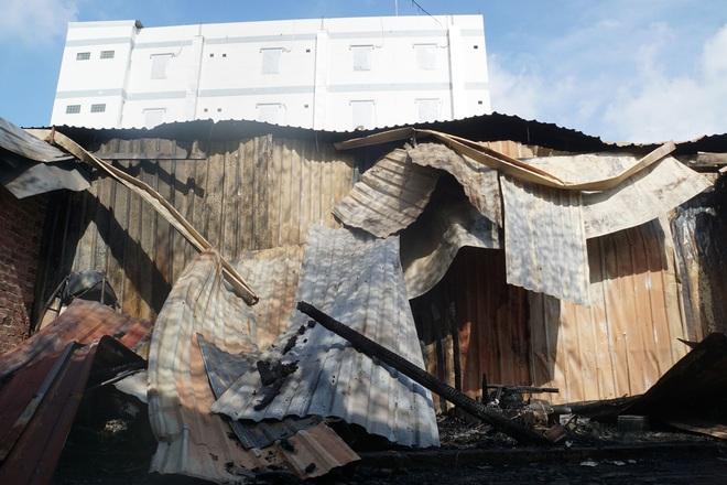 Dãy nhà trọ ở Sài Gòn sụp đổ trong biển lửa, nhiều gia đình nghèo bật khóc vì tài sản bị thiêu rụi - ảnh 3