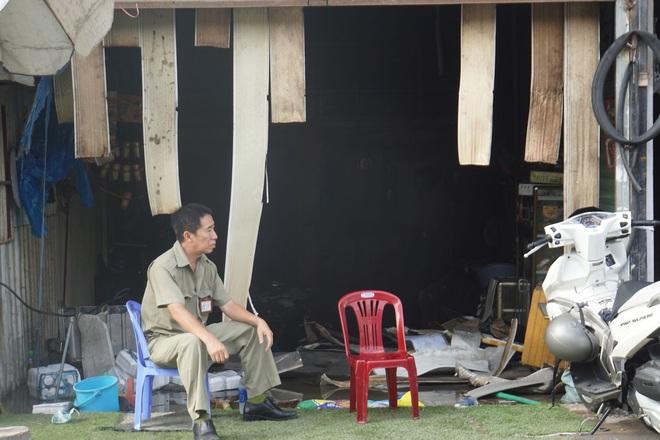 Dãy nhà trọ ở Sài Gòn sụp đổ trong biển lửa, nhiều gia đình nghèo bật khóc vì tài sản bị thiêu rụi - ảnh 1