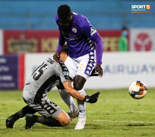Bùi Tiến Dũng xử lý khiến cầu thủ Hà Nội FC tẽn tò nhưng không che lấp nổi ngày thảm hoạ - ảnh 6