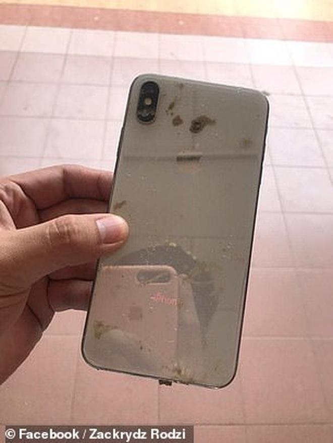 Tìm thấy điện thoại bị trộm ngập trong bùn lầy, thanh niên bất ngờ hơn khi phát hiện loạt video và ảnh tự sướng của kẻ lạ mặt - ảnh 1