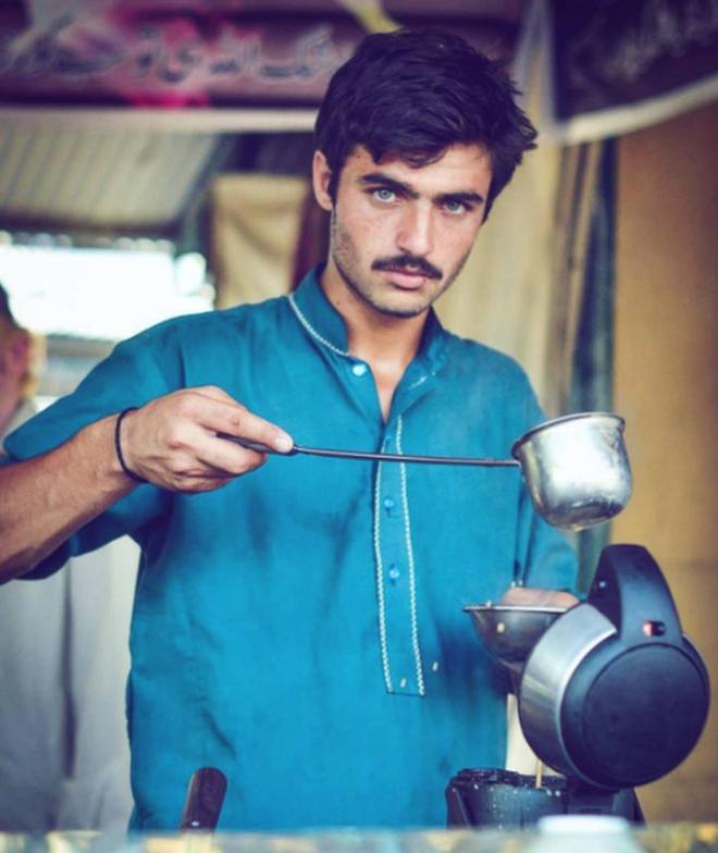 Chàng trai bán trà mù chữ từng vụt sáng thành sao vì điển trai như tài tử gây bất ngờ với cuộc sống hiện tại sau vài năm đột ngột vắng bóng - ảnh 1