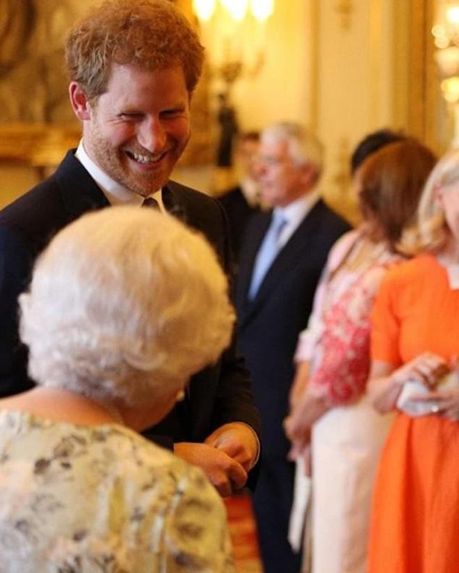 Harry lặng lẽ đón sinh nhật tuổi 36 nhưng tâm điểm chú ý lại nằm ở động thái của Hoàng gia Anh vì sự trùng hợp đến ngỡ ngàng - ảnh 4