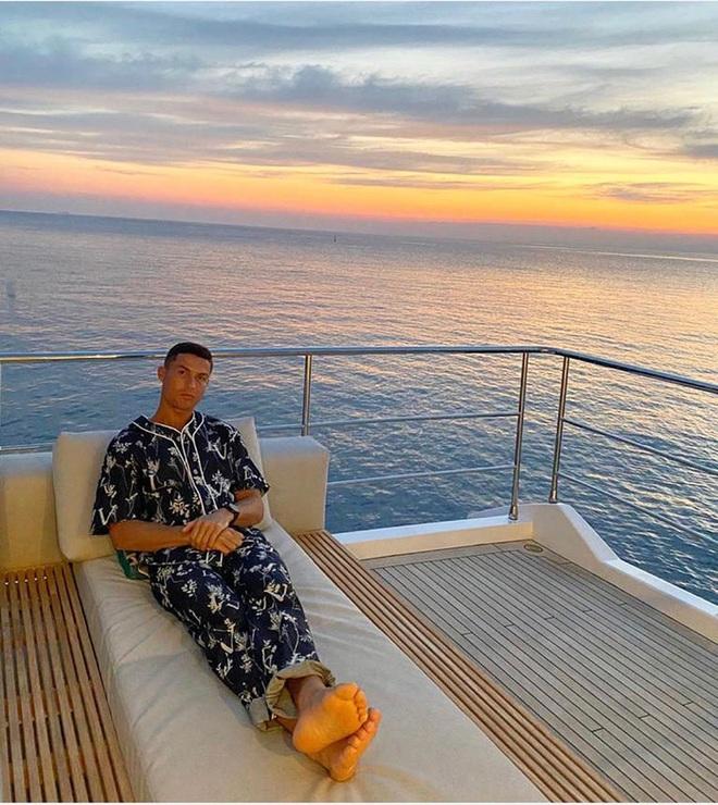 Ronaldo bất ngờ thay đổi phong cách sống ảo, fan hỏi thăm: Mặc áo ngủ đắt tiền sao mặt vẫn nhăn nhó thế này? - ảnh 1