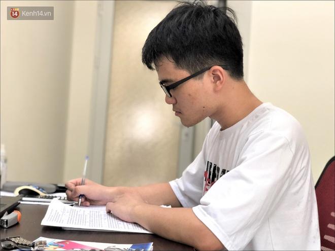 Nam sinh thủ khoa tốt nghiệp với điểm tuyệt đối 30/30: Thích đọc truyện Doreamon, học 8 tiếng mỗi ngày - ảnh 2