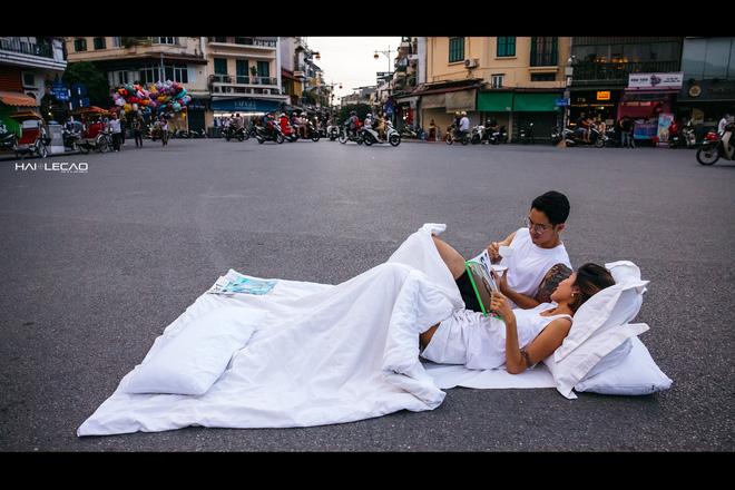 Chụp ảnh cưới phong cách chăn gối giữa phố đi bộ gây tranh cãi, tác giả lên tiếng: Không gây cản trở giao thông - ảnh 5