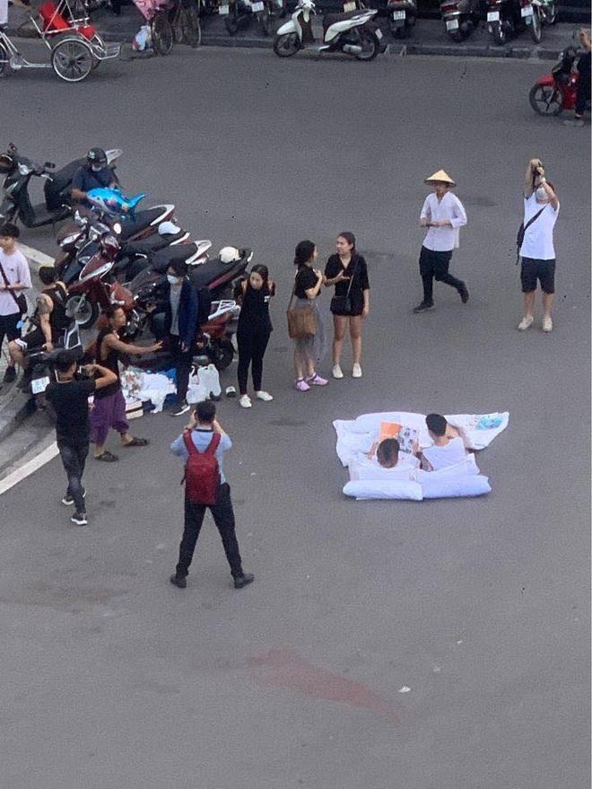 Chụp ảnh cưới phong cách chăn gối giữa phố đi bộ gây tranh cãi, tác giả lên tiếng: Không gây cản trở giao thông - ảnh 1