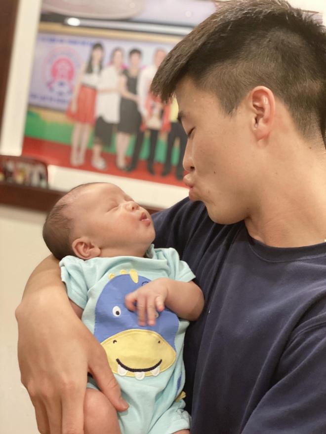 """""""Bố bỉm sữa"""" Duy Mạnh toát mồ hôi khi bế em bé, nhưng biểu cảm đáng yêu của hai bố con mới chiếm trọn spotlight - Ảnh 1."""