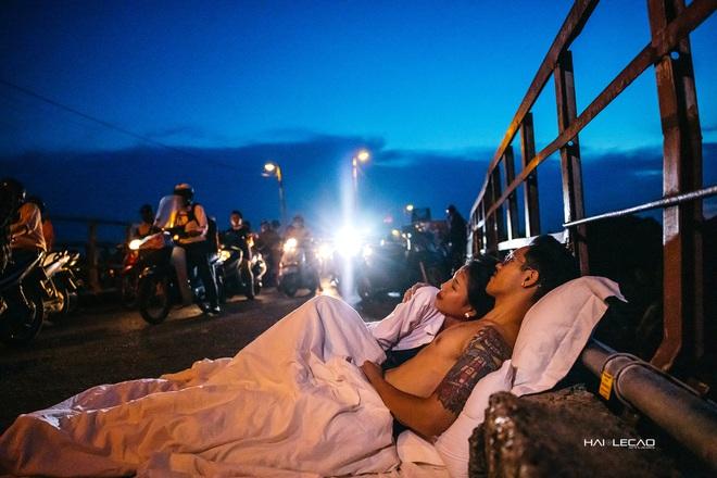Chụp ảnh cưới phong cách chăn gối giữa phố đi bộ gây tranh cãi, tác giả lên tiếng: Không gây cản trở giao thông - ảnh 17