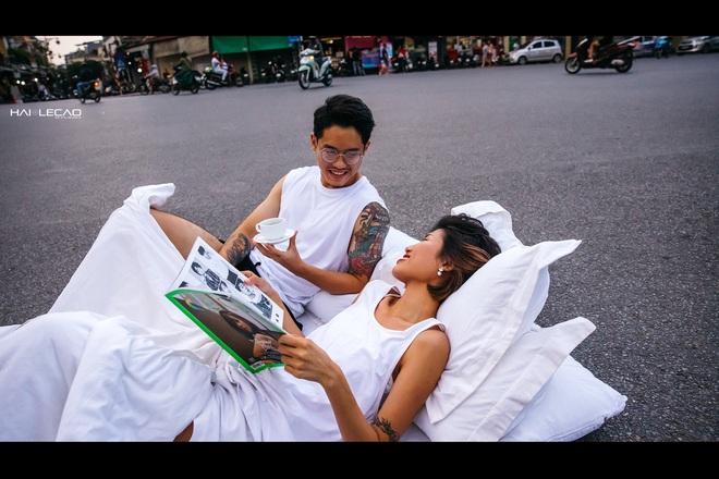 Chụp ảnh cưới phong cách chăn gối giữa phố đi bộ gây tranh cãi, tác giả lên tiếng: Không gây cản trở giao thông - ảnh 4