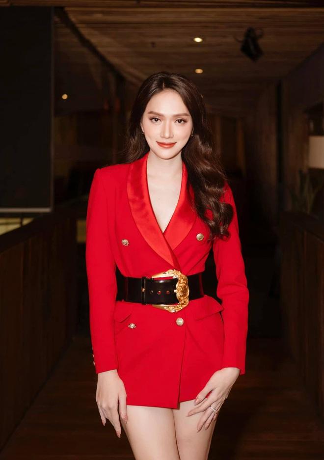 Netizen gào thét vì Hương Giang mặc vest giấu quần táo bạo, biến Ngọc Trinh thành nữ phụ trong một khung hình - ảnh 2