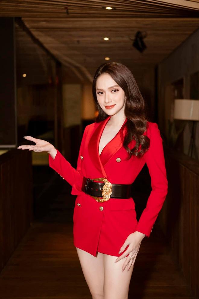 Netizen gào thét vì Hương Giang mặc vest giấu quần táo bạo, biến Ngọc Trinh thành nữ phụ trong một khung hình - ảnh 1