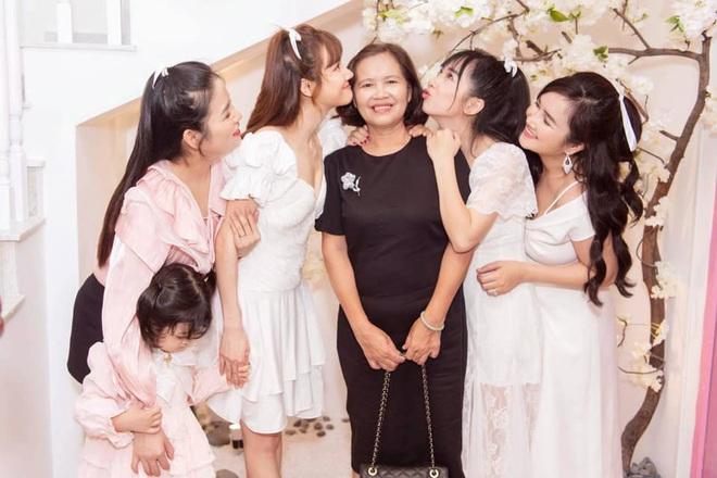 Nhã Phương khoe ảnh cả nhà cùng xinh bên mẹ và 3 chị em, đôi mắt đỏ ngòm của bà xã Trường Giang gây lo lắng - ảnh 1