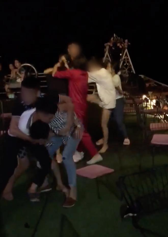 Xuất hiện thêm clip đánh ghen ở Hà Nội: Vợ dẫn hội chị em bắt tại trận chồng hẹn hò bồ nhí, lao vào xé váy tiểu tam mặc chồng xin tha - ảnh 1