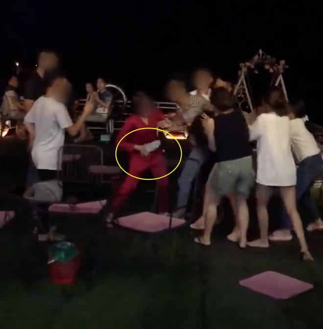 Xuất hiện thêm clip đánh ghen ở Hà Nội: Vợ dẫn hội chị em bắt tại trận chồng hẹn hò bồ nhí, lao vào xé váy tiểu tam mặc chồng xin tha - ảnh 2