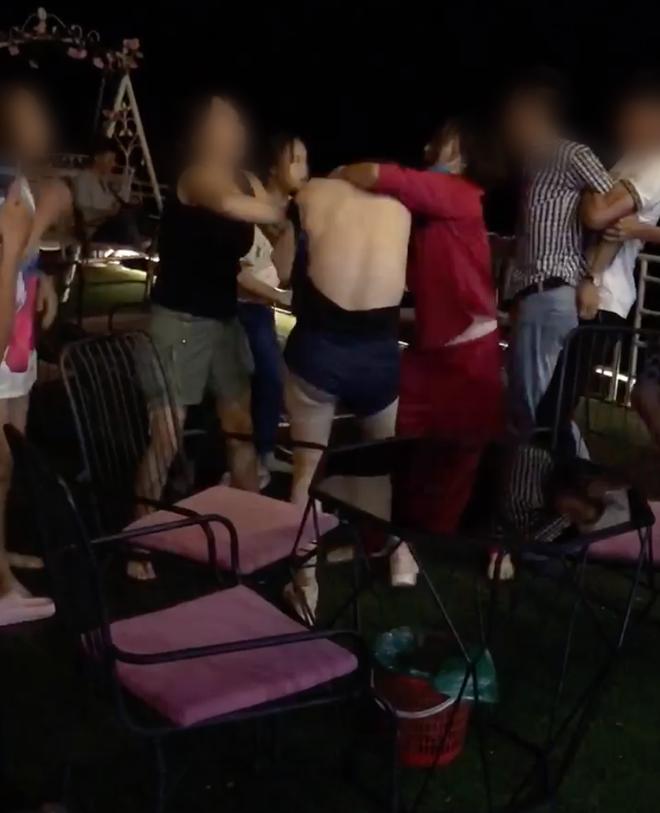 Xuất hiện thêm clip đánh ghen ở Hà Nội: Vợ dẫn hội chị em bắt tại trận chồng hẹn hò bồ nhí, lao vào xé váy tiểu tam mặc chồng xin tha - ảnh 4