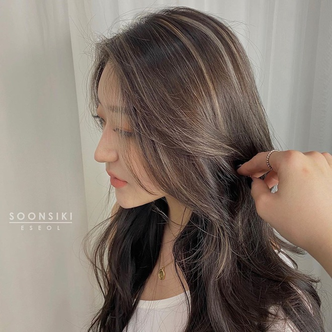 5 kiểu tóc uốn chuẩn mùa thu của sao Hàn, bạn diện theo vừa ăn gian tuổi siêu phàm lại còn sang xịn - Ảnh 2.