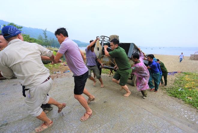 Hàng trăm tàu thuyền Đà Nẵng ngược dòng, nối đuôi nhau tiến vào sông Hàn tránh bão - ảnh 11