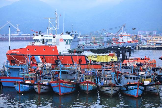 Hàng trăm tàu thuyền Đà Nẵng ngược dòng, nối đuôi nhau tiến vào sông Hàn tránh bão - ảnh 5
