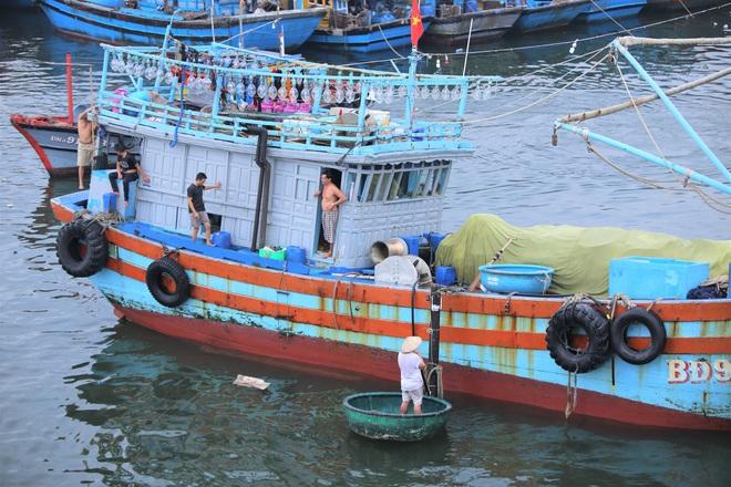 Hàng trăm tàu thuyền Đà Nẵng ngược dòng, nối đuôi nhau tiến vào sông Hàn tránh bão - ảnh 15