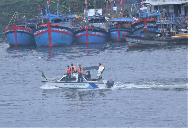 Hàng trăm tàu thuyền Đà Nẵng ngược dòng, nối đuôi nhau tiến vào sông Hàn tránh bão - ảnh 14