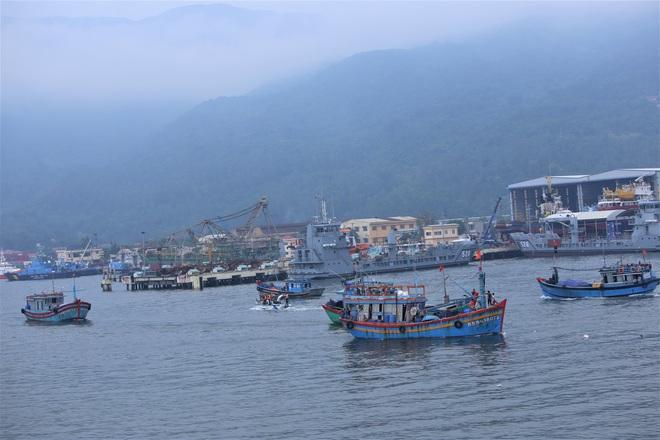 Hàng trăm tàu thuyền Đà Nẵng ngược dòng, nối đuôi nhau tiến vào sông Hàn tránh bão - ảnh 2