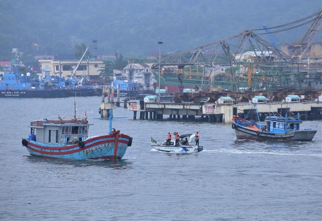Hàng trăm tàu thuyền Đà Nẵng ngược dòng, nối đuôi nhau tiến vào sông Hàn tránh bão - ảnh 4