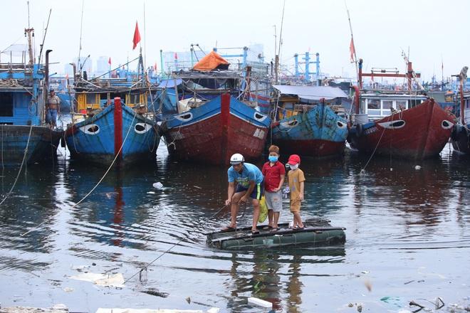 Hàng trăm tàu thuyền Đà Nẵng ngược dòng, nối đuôi nhau tiến vào sông Hàn tránh bão - ảnh 16