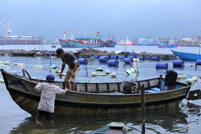Hàng trăm tàu thuyền Đà Nẵng ngược dòng, nối đuôi nhau tiến vào sông Hàn tránh bão - ảnh 10