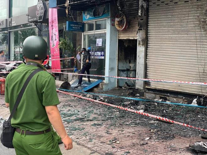 Bắt khẩn cấp nghi phạm gây cháy chi nhánh ngân hàng Eximbank cùng nhà dân ở Sài Gòn - ảnh 1