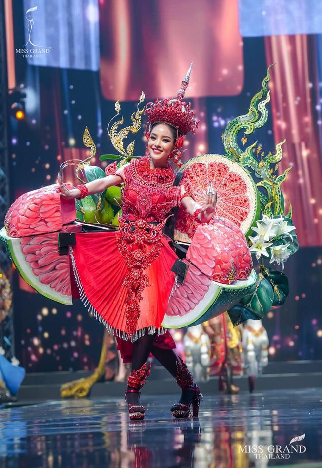 MXH náo loạn vì quốc phục có 1-0-2 tại Miss Grand ThaiLand 2020: Hết chợ nổi, bưởi da xanh đến... xương khủng long đem hết lên sân khấu - ảnh 3