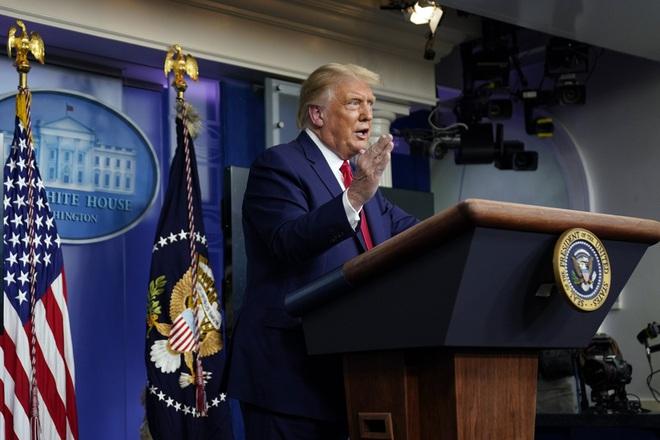 Ông Trump: Giám đốc CDC sai lầm khi nói khẩu trang hiệu quả hơn vaccine Covid-19 - ảnh 1