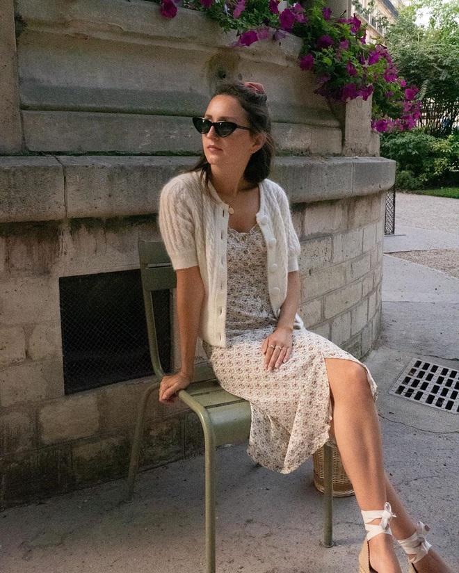 Chưa vội sắm đồ Thu, gái Pháp có cả loạt cách tận dụng váy 2 dây mùa Hè cực thông minh - ảnh 9