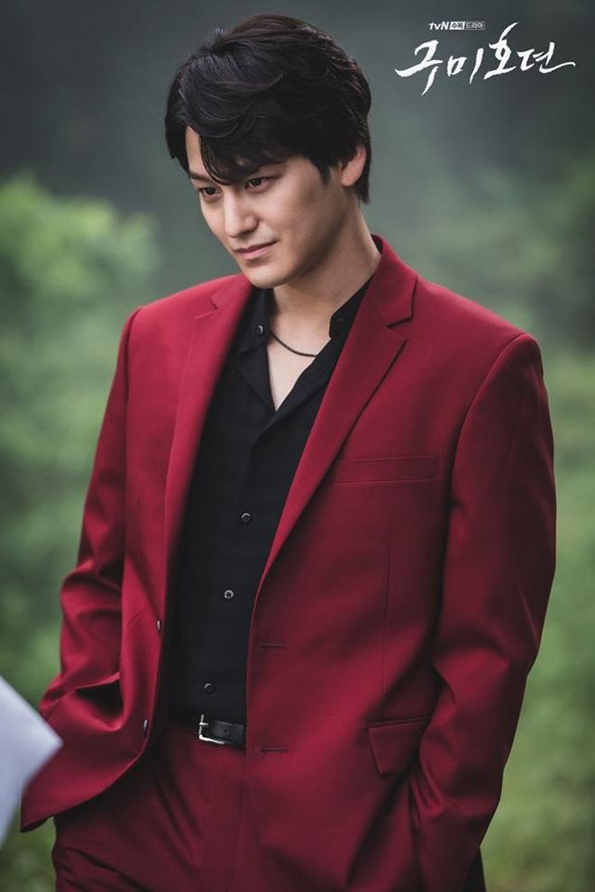 Đối đầu căng thẳng hồ ly Kim Bum trên poster Tale of the Nine Tailed mà nhìn đầu tóc Lee Dong Wook vẫn như đi lạc từ Goblin? - ảnh 4